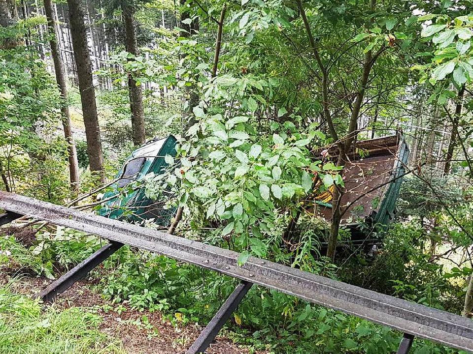 Der grüne Lastwagen ist an Bäumen häng... die Gleise der Dreiseenbahn gestürzt.  | Foto: kamera24.tv