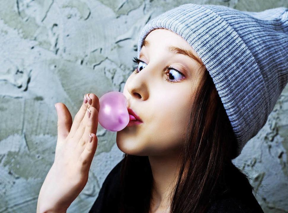 Macht Spaß, aber nicht schlau: Kaugummi kauen  | Foto: LanaK (Fotolia.com)/colourbox