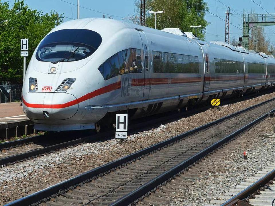 Der Lokführer hat den Halt vergessen: ...einfach durch Freiburg durch gefahren.  | Foto: Max Schuler