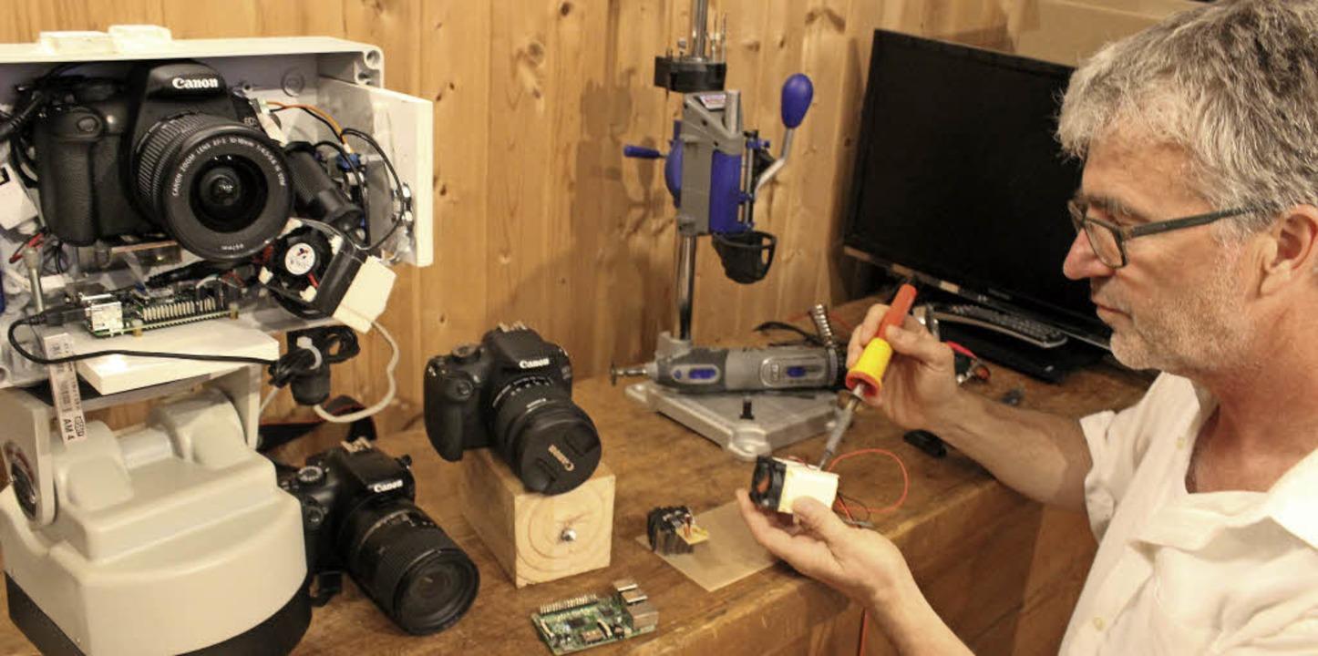 Die Webcams baut Thomas Varadi in seiner Wekstatt selbst zusammen.   | Foto: Erich Krieger