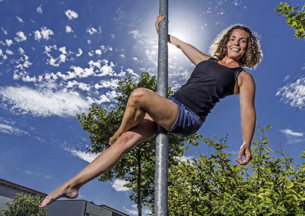 Hingucker an der Straßenlaterne: Pole-Dancerin Nadine Burghard aus Rust   | Foto: Bernhard Rein