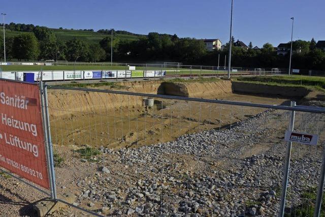 Der Gesteinsriegel hält das Grundwasser auf