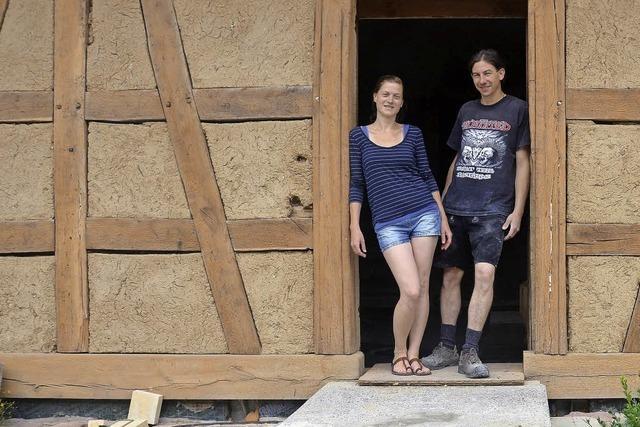 Junges Paar kauft marodes Fachwerkhaus und saniert es