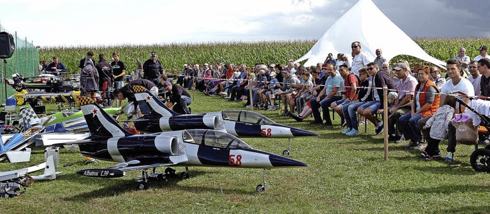 Großes Zuschauerinteresse gab es wiede.... Flugplatzfest des Modellteams Adler.  | Foto: Jürgen Schweizer