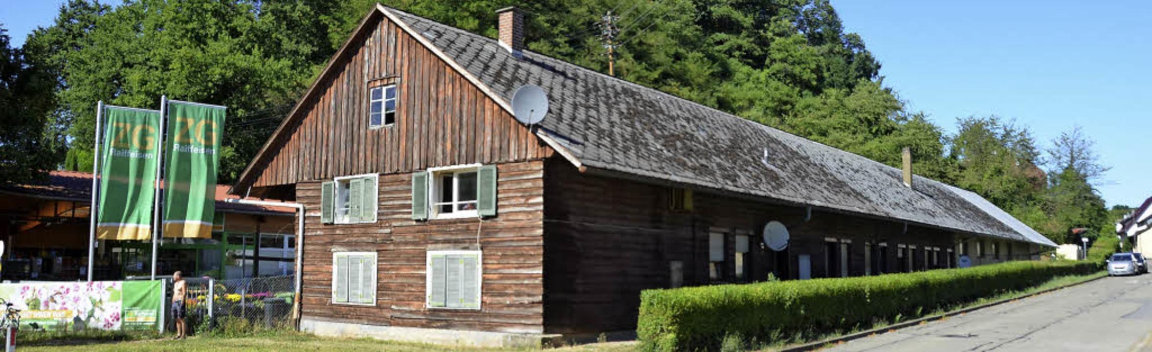 Die Sozialwohnungen in der Holzbaracke...soll ein neues Bankgebäude entstehen.     Foto: Max Schuler