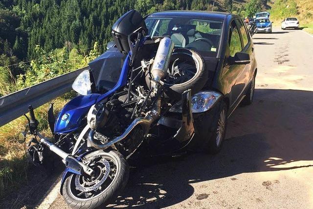 Motorrad landet auf der Motorhaube