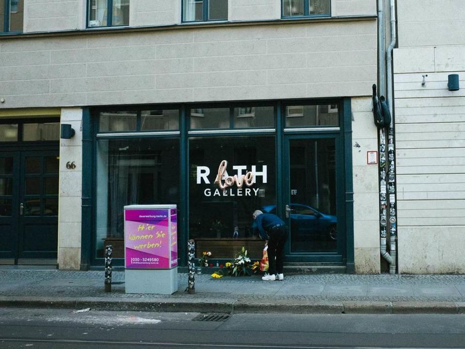 Blumen vor der Rath Gallery in Berlin  | Foto: Matze Hielscher