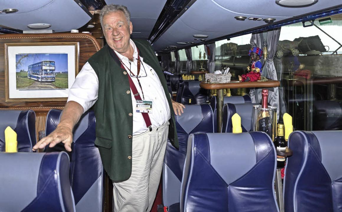 Konrad Auwärter in einem historischen Vergnügungsbus in Görwihl.  | Foto: Seifried