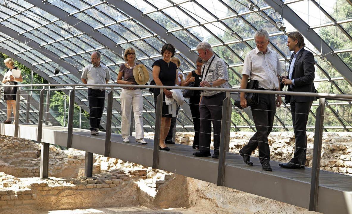 Beeindruckt von der Baukunst der Römer.... Neben ihr Gästeführer Rudolf Gfell.   | Foto: Dorothee Philipp