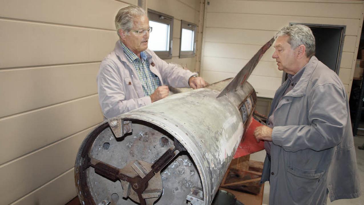 Ewald Schlotzer (r.) und Rüdiger Dollh...uftabwehrrakete, die aufgemöbelt wird.  | Foto: Michael Haberer