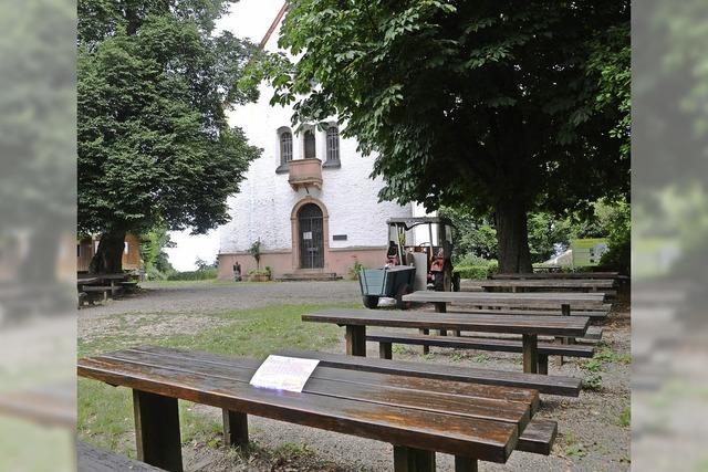 Katharinenberg: Engagierter Bürger bringt Holzbänke und Tische auf Vordermann