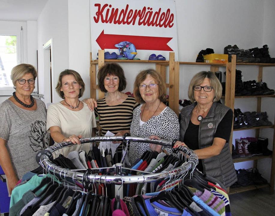 Fünf von 19 engagierten Frauen im Kind...lszat, Ingrid Wielage und Gerda Wacker    Foto: Judith Reinbold