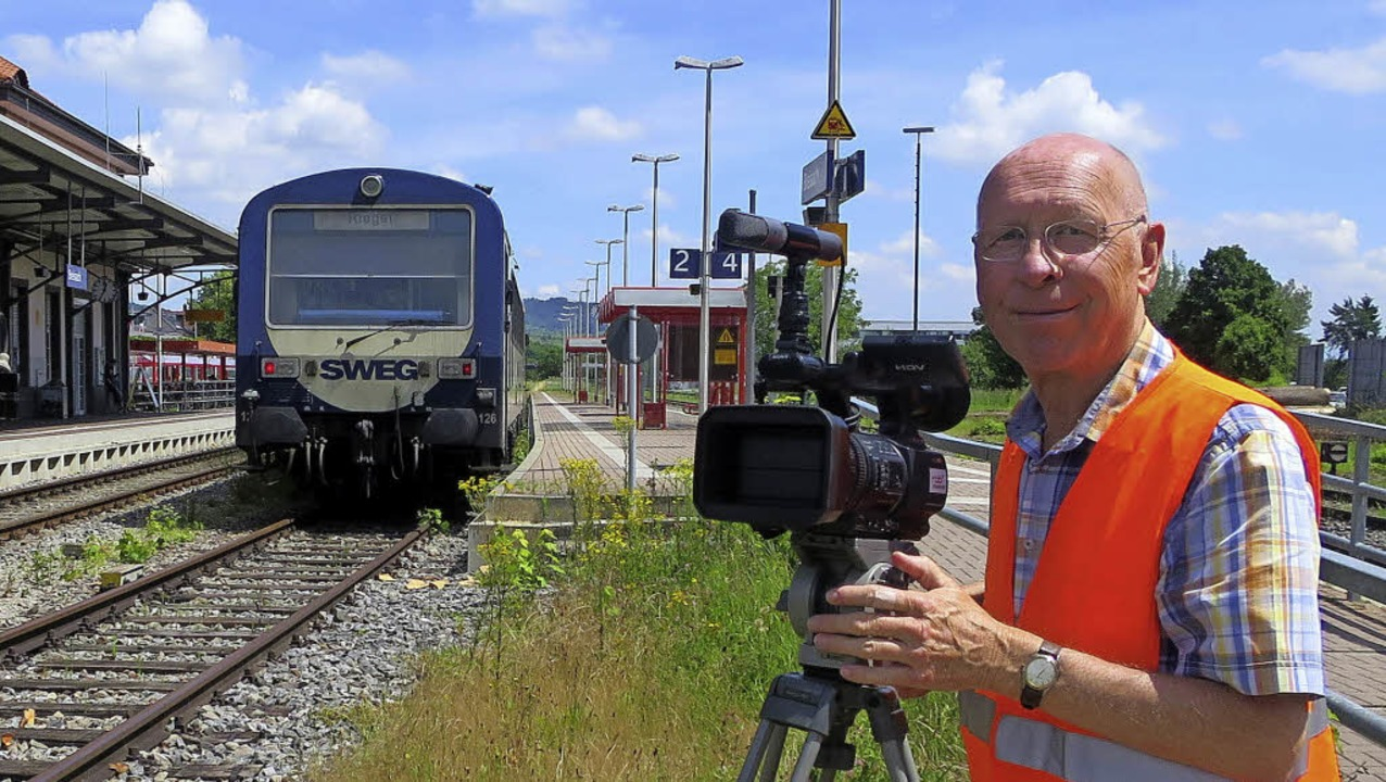 Heinz Göttlich bei der Arbeit mit der Kamera am Breisacher Bahnhof  | Foto: Privat