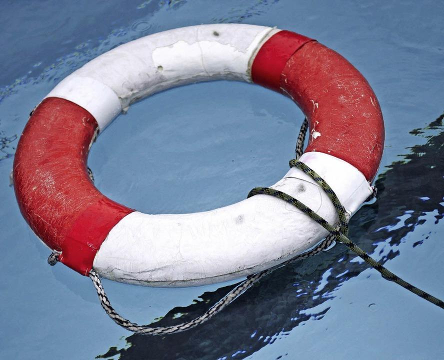 Im Notfall hilft Nichtschwimmern der Rettungsring.     Foto: dpa