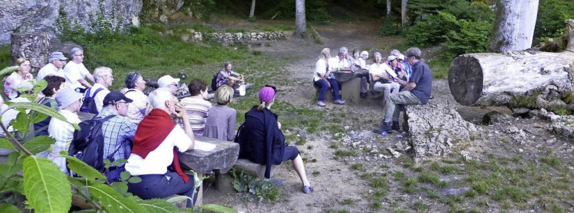 Christian Zingg (rechts) las in der Wolfsschlucht aus Hebels Werken.   | Foto: Felix Gärtner