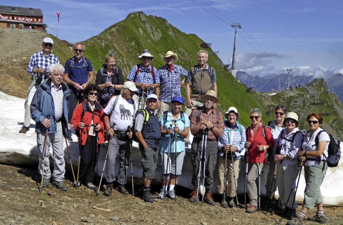 Die Wandergruppe, im Hintergrund die Wormser Hütte  | Foto: privat