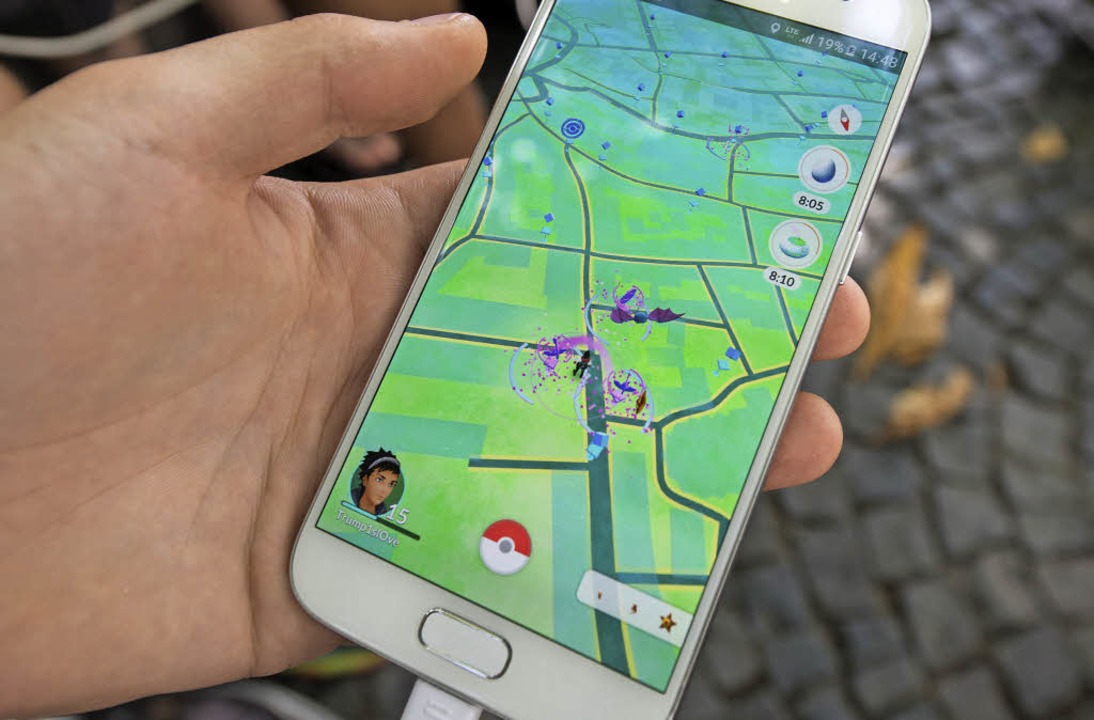 Ein Pokémon-Spieler in Aktion: Ganze G...ersammeln sich am Offenburger Ölberg.   | Foto: Seeger/dpa