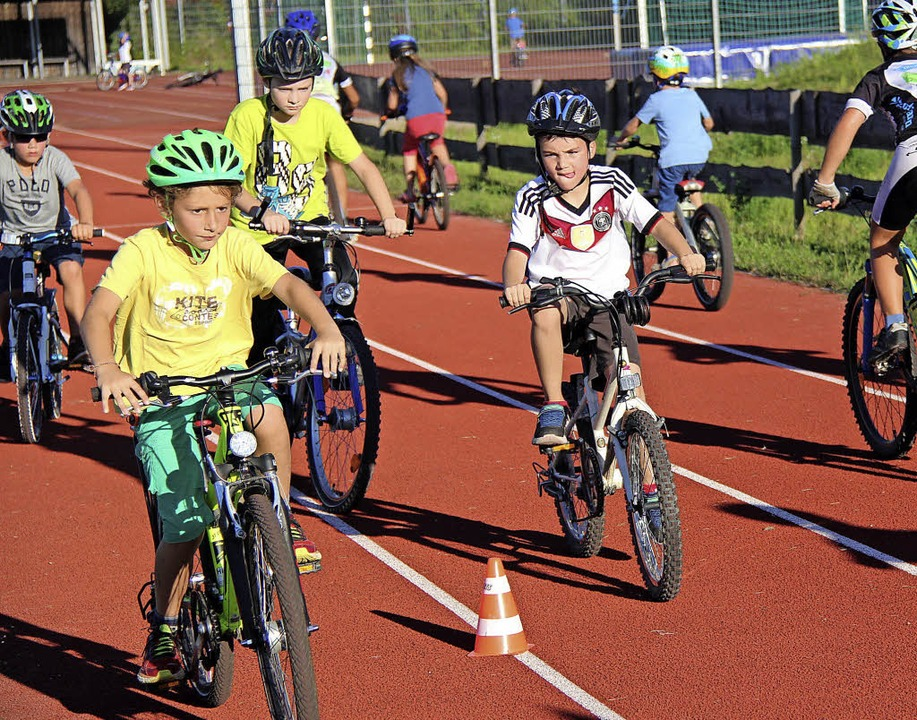 Auf der Laufbahn des Sportplatzes an d... Ferienprogramm auch das Kurvenfahren.  | Foto: horst david