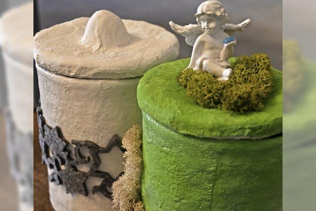 Künstlerin Jenny Obrist gestaltet individuelle Urnen aus Gips