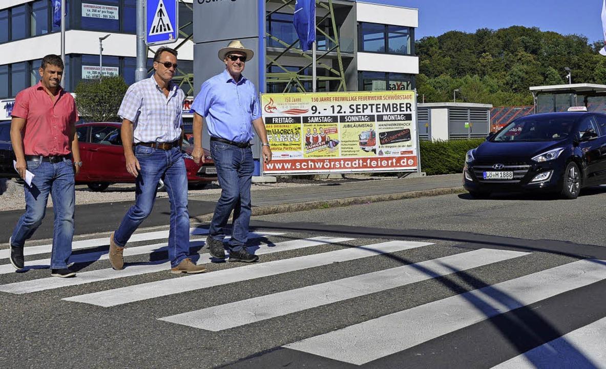 Dominic Rago (von links), Markus Ludwi...eifen, der über die Schildgasse führt.    Foto: Horatio Gollin