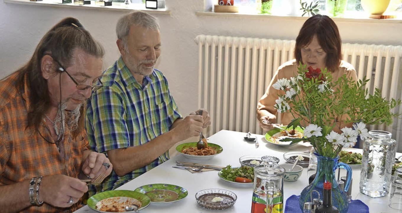 Beim gemeinsamen Mittagessen und ander... die Bewohner des Erich-Reisch-Hauses.  | Foto: Sabine Ehrentreich