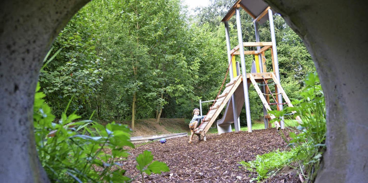 Der neue Spielturm auf dem Waldspielpl...hon von Kindern in Beschlag genommen.   | Foto: Frank Schoch