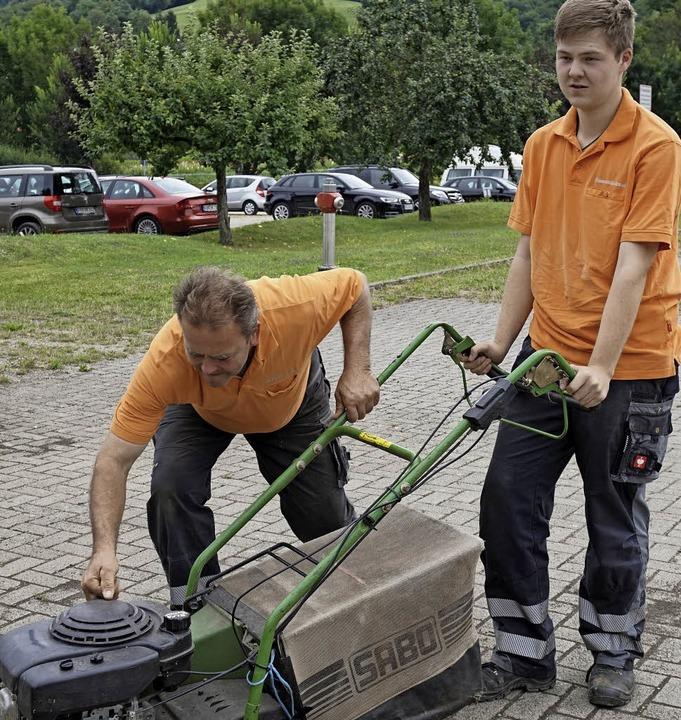 Thomas Lorenz (links) hilft Dominik, w...al wieder nicht richtig funktioniert.     Foto: Julius Steckmeister