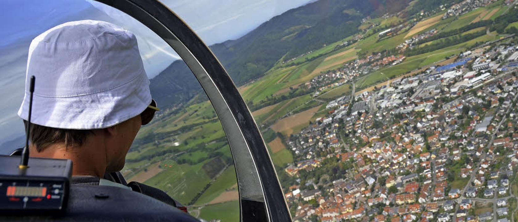 Das Segelflugzeug kreist lautlos über ...arten. Im Cockpit: Flugleiter Jan Vogt    Foto: Dennis Schwarz