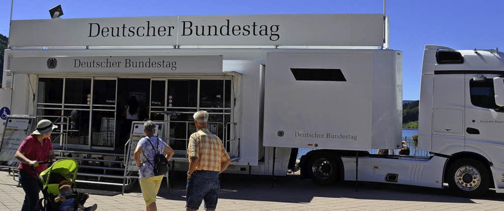 Sommer, Sonne, Bundestag? Der Sattelzug in Titisee macht neugierig.  | Foto: Sarah Beha