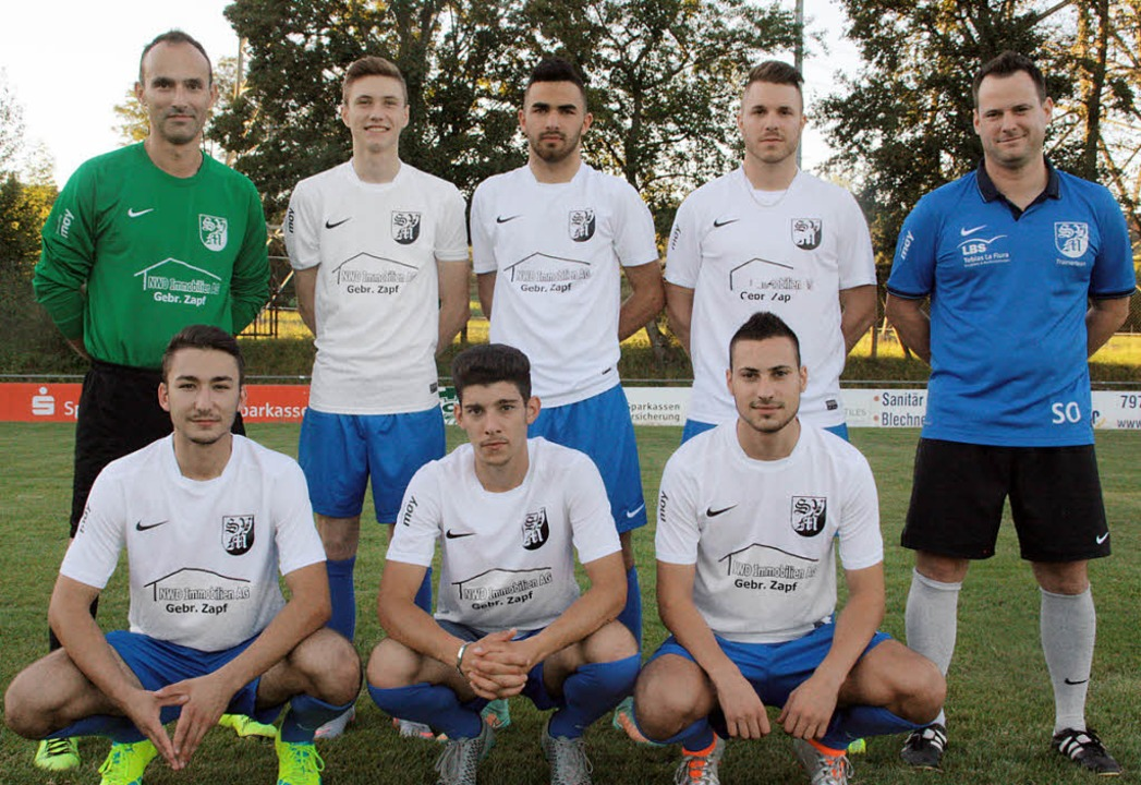 Neue Spieler in Blau-Weiß, hinten von ...ler, Anthony Ferrara, Ricardo Lombardo  | Foto: Jörn Kerckhoff