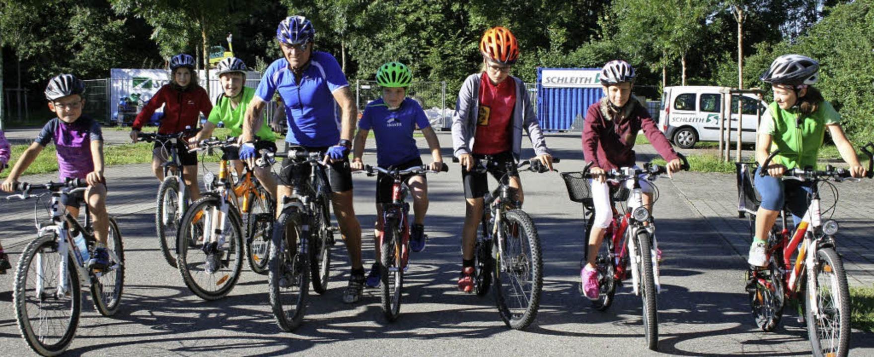 Zum Fahrradtraining im Rahmen des Scho...zend Mädchen und Buben machte mit.        Foto: Ralph Lacher