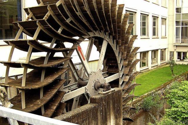Bald dreht sich das Wasserrad an der Richard-Fehrenbach-Gewerbeschule wieder