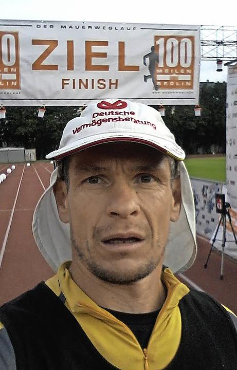Uwe Tritschler im Ziel beim 100-Meilen-Lauf in Berlin.   | Foto: Privat