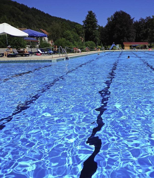Noch blauer als in manchem olympischen...ädern, hier das Schwimmbad in Elzach.   | Foto: Yannick Allgeier