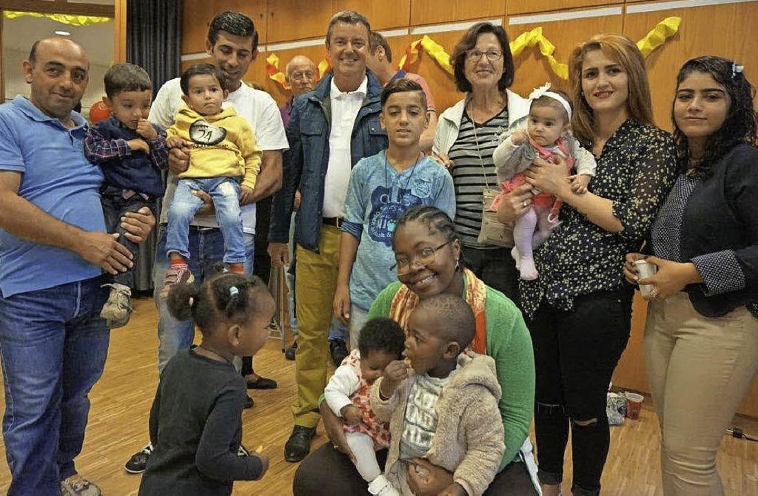Flüchtlinge aus den unterschiedlichste...olker Kieber haben gemeinsam gefeiert.    Foto: Anne Freyer