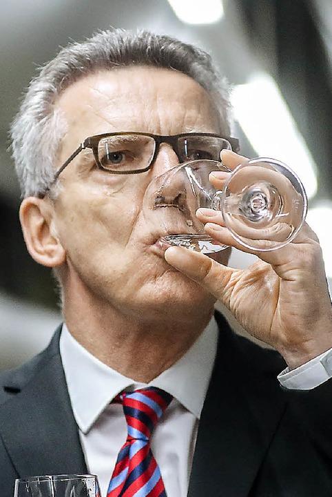 Thomas de Maizière gönnt sich nach  Vo...ser in den Berliner Wasserbetrieben.      Foto: dpa
