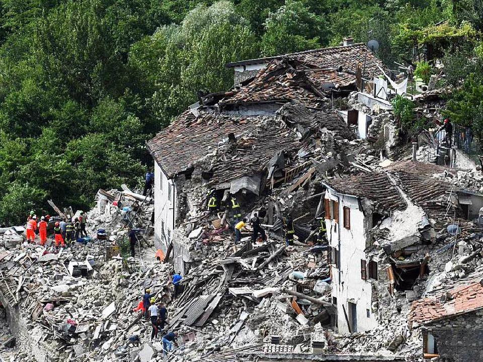 Bilder wie nach einem Bombardement: Re...erstörten Ortschaft Pescara del Tronto  | Foto: dpa
