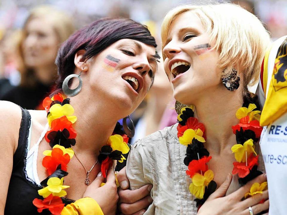 In Fußballstadien wird die Nationalhymne zu einem Teil der Popkultur.  | Foto: dpa
