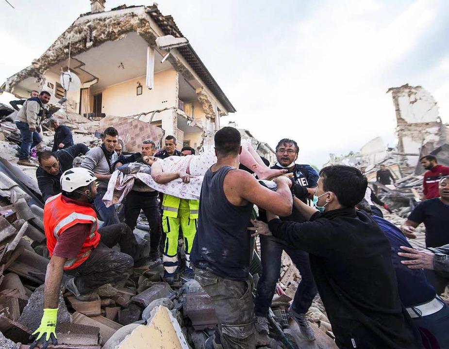 Die Bergregion Mittelitaliens ist von ...altig, die Zahl der Todesopfer steigt.  | Foto: dpa