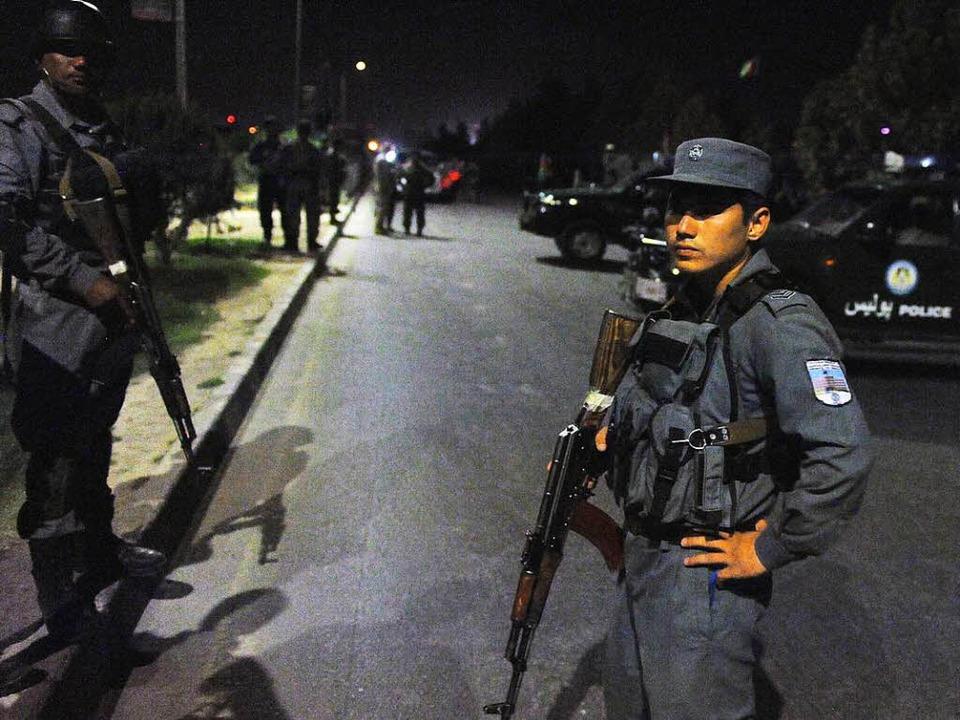 Bewaffnete Sicherheitskräfte riegeln d...amerikanischen Hochschule in Kabul ab.    Foto: dpa