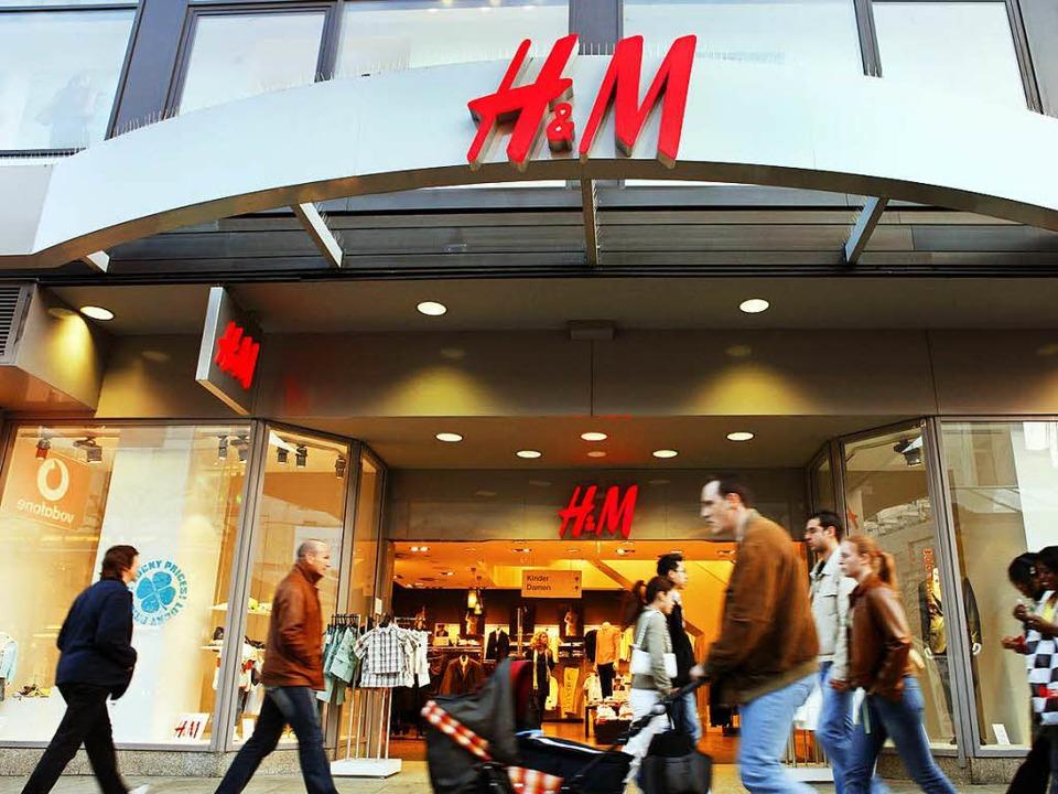 Passanten gehen an einer H&M-Filia...ien denkt dabei wahrscheinlich keiner.    Foto: Frank Rumpenhorst