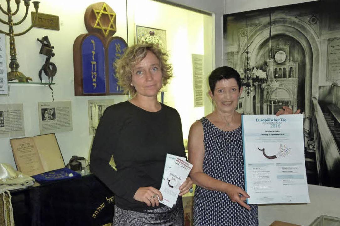 Monika Miklis und Carola Grasse im jüd...und ein Bild der ehemaligen Synagoge.   | Foto: Leonie MEYER