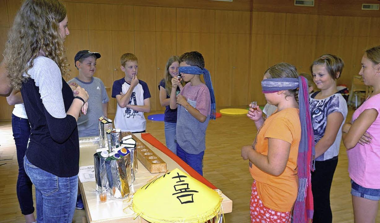 Die Kinder mussten bei einer Spielstation Säfte erraten.  | Foto: Schweizer