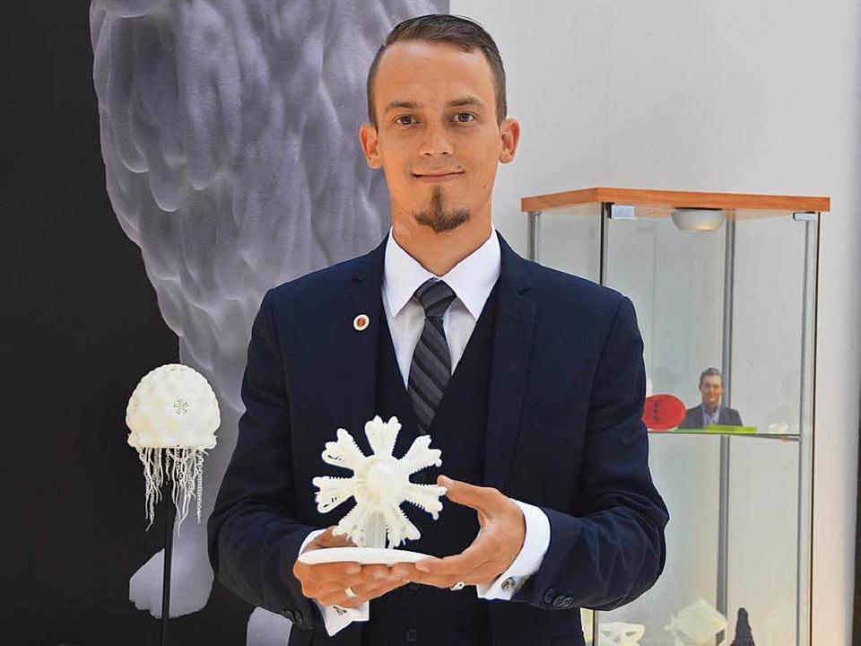 Andreas Roser zeigt das Modell eines S...eine Büste des Lörracher Rathauschefs.    Foto: Mark Alexander
