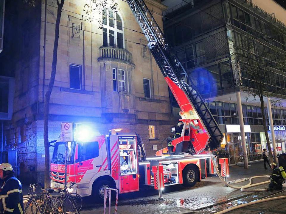 Brand auf dem Dach des Theater Freibur...g war mit einer Drehleiter im Einsatz.  | Foto: Konstantin Görlich