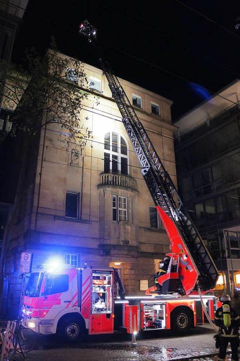 Einsatz mit der Drehleiter am Dach des Theater Freiburg  | Foto: Konstantin Görlich