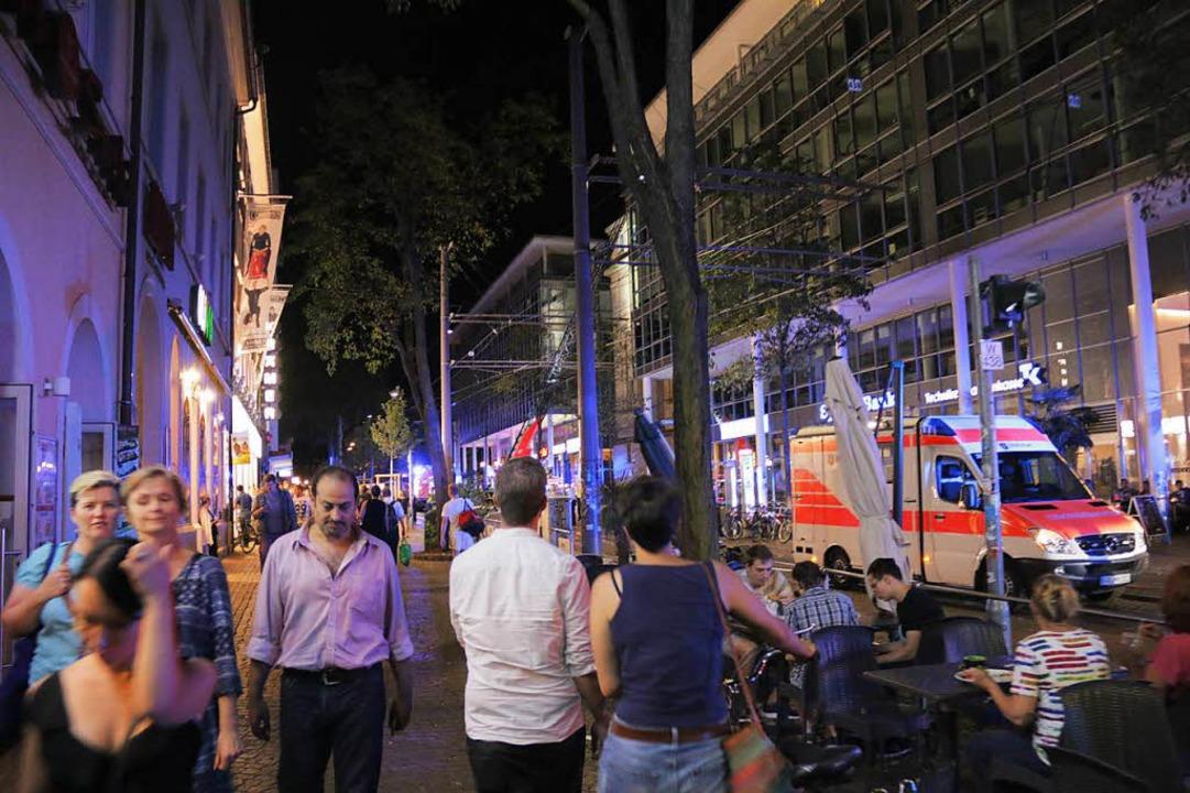 Schaulustige beobachteten den Einsatz in der Bertoldstraße  | Foto: Konstantin Görlich