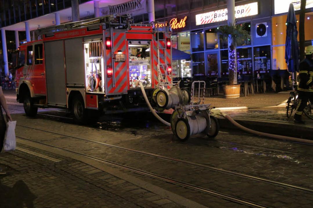 Um den Brand zu löschen, rückte die Fe... Einsatzkräften und elf Fahrzeugen an.  | Foto: Konstantin Görlich