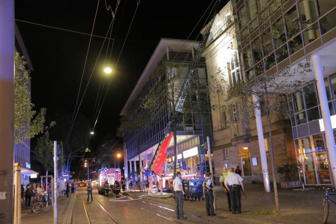 Die Polizei musste  Teile der Bertolds...ußgängerverkehr sowie die Tram sperren  | Foto: Konstantin Görlich