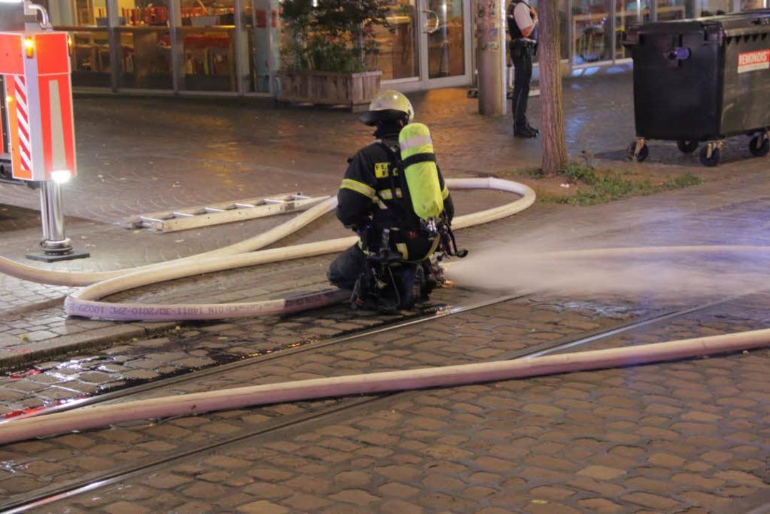 Damit die Feuerwehr löschen konnte, wu...hr auf der Bertoldstraße unterbrochen.  | Foto: Konstantin Görlich